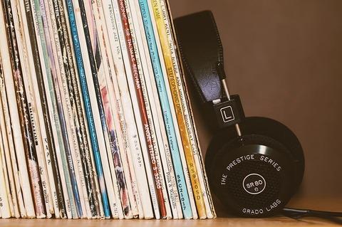 headphones-2588235_640