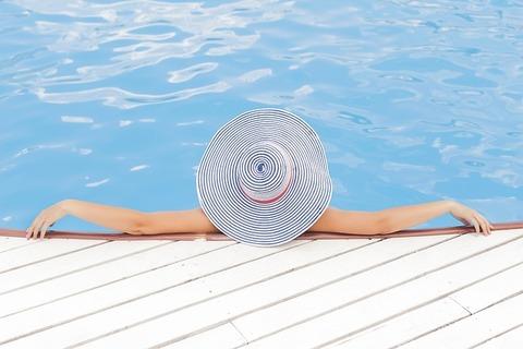 pool-690034_640