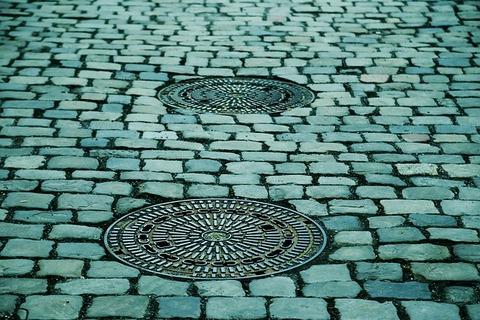 manhole-covers-293578_640