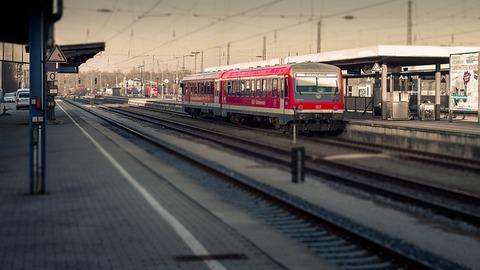 train-2212973_640