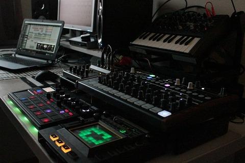 synthesizer-2427767_640