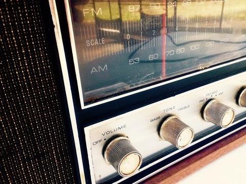 radio-964684_640