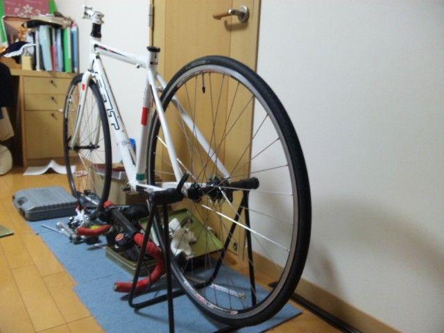 タイヤを装着したロードバイク ...