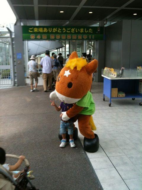 事件発生!今日、阪神競馬場で子どもがターフィーに食べられていました。