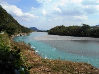 13番への道(鮎喰川近景)