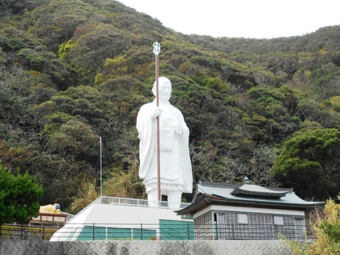 24番への道(白い大師像)