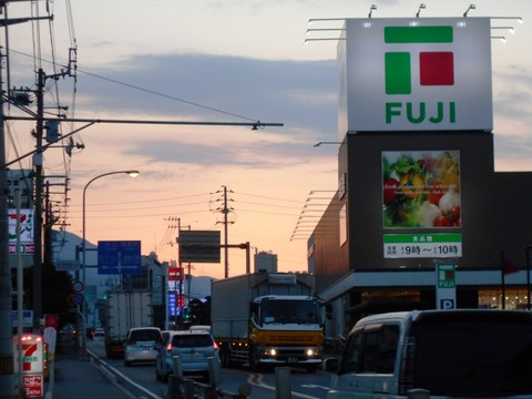 伊予三島駅そばのスーパー