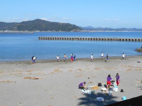ドッジボールする若者ら(青龍寺近くの浜)