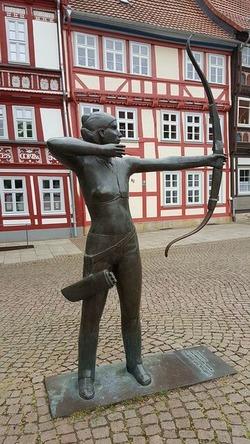 弓を射る像