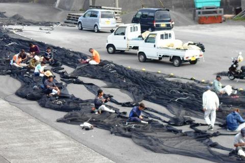 24番への道(網を修理する漁師たち)
