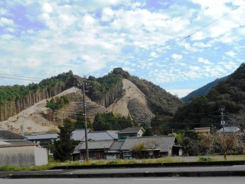 41番への道(削られる山肌)