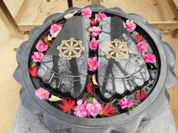 仏足石と赤い花