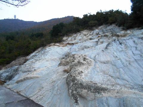 81への道(白い岩壁)