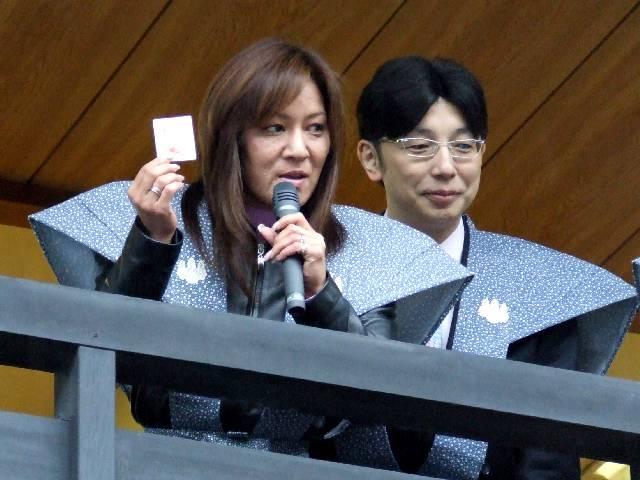 福引ジャガー ジャガー横田さんに寄り添っているのが旦那の木下先生です。 各画像はクリ... 大船