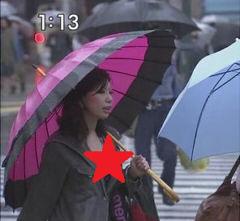 【速報】TBS 雨で濡れ濡れの街角巨乳ギャルのはみだしたおっぱいがTVに映るwwwwwwwww
