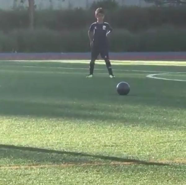 【動画】クリロナの息子が父親そっくりの直接FKゴールを披露!