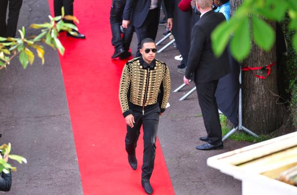 【画像】リーグアン年間最優秀ゴール賞のデパイ、表彰式にゴージャス衣装で登場wwww