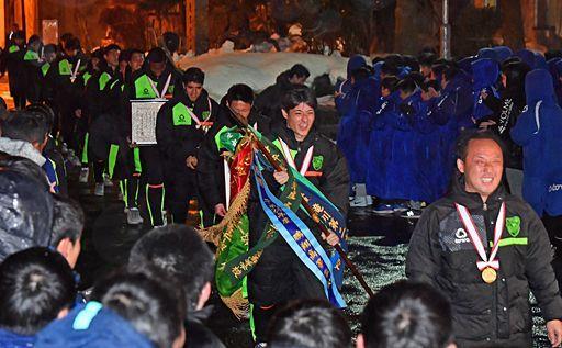 青森山田イレブン凱旋、拍手にあふれる笑顔  250人余りの生徒や教職員らが出迎え