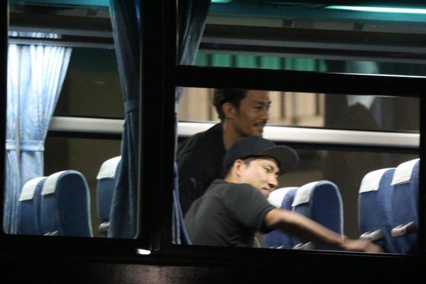 【画像】浦和・ミシャ監督とサポの口論を観戦する川崎Fの面々!