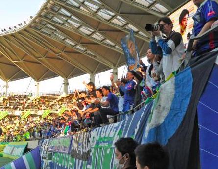 徳島サポが試合後、ボールボーイに水をかける騒動が発生!