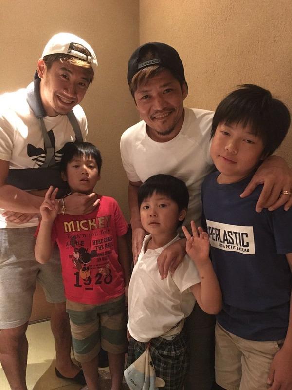 【画像】日本代表離脱の香川真司、大久保親子との食事会でパシャり
