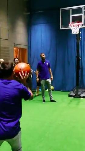 【動画】メッシはバスケも神!右投げでフリースロー披露、驚きの上手さ