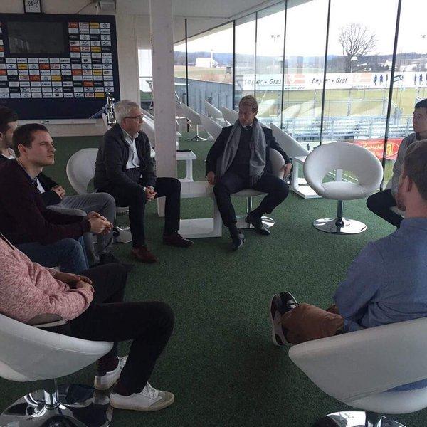 【画像】ジェノア戦後、SVホルンのスタジアムでのミーティングに参加するオーナー本田圭佑! コンディション大丈夫か?