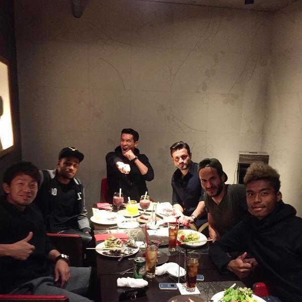 【画像アリ】浦和・槙野選手が多国籍食事会を開催した模様!みんなでパシャリ