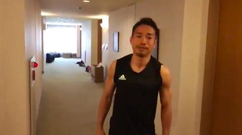 【動画】長友、練習前に体幹トレーニング!撮影者は本田ww