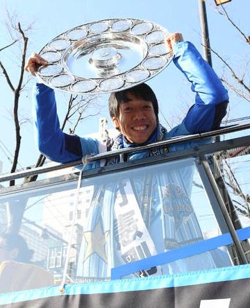 【川崎F】約700メートルの沿道を5万人Vパレード!バスの先頭部分には「祝! 脱・無冠ターレ」 Samurai GOAL