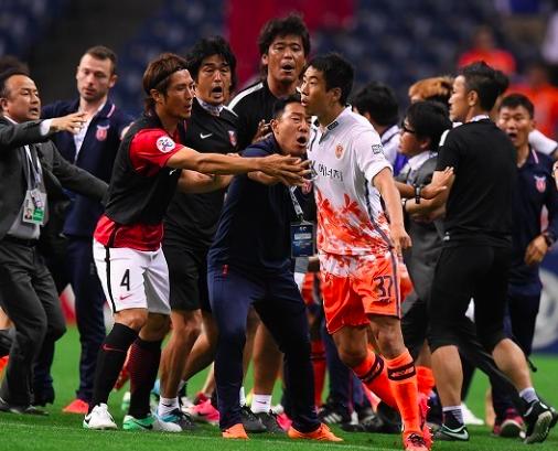 ACLで乱闘!済州の選手がベンチから飛び出し浦和・阿部にエルボーで退場