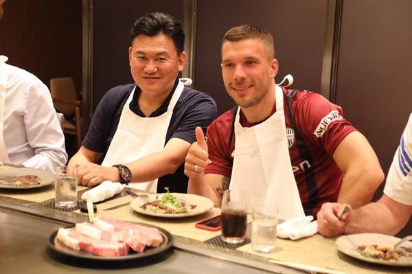 【画像】神戸入団のポドルスキ、三木谷会長と神戸牛を食べに!ユニ着たままww