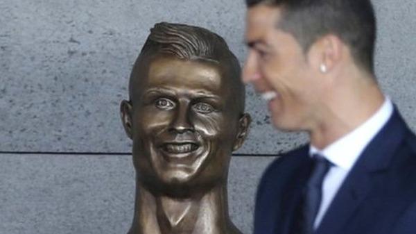【画像】笑撃、似てなさすぎっ!C・ロナウドの銅像が「恐ろしい」と話題に…