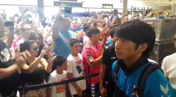 【動画】テネリフェサポが空港に集結して大合唱!柴崎岳ら選手たちを温かく出迎える