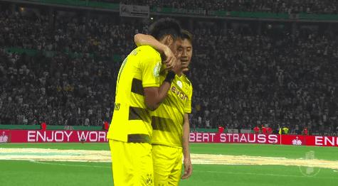 【動画】ポカール優勝、試合後に香川とオーバメヤンが2人だけで話し込むシーン