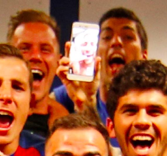 【画像】クラシコで勝利したバルサの選手たちの祝勝写真!メッシの携帯にはネイマールも