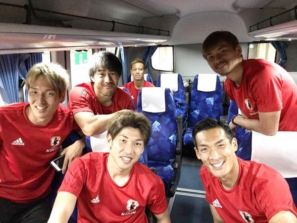 【画像】日本代表合宿 乾のツイッターに本田さんも出現!みんなでパシャり