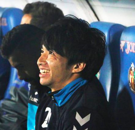 柴崎にサポーターが「ガク」コール!試合前にはFWスソから頭をなでられる。