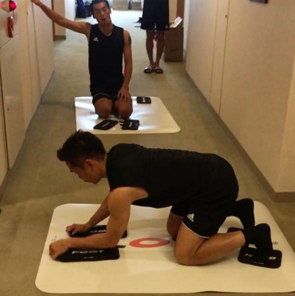 【動画】本田撮影、長友と槙野の体幹トレーニングにサポート清武&寝癖でガヤる香川ww