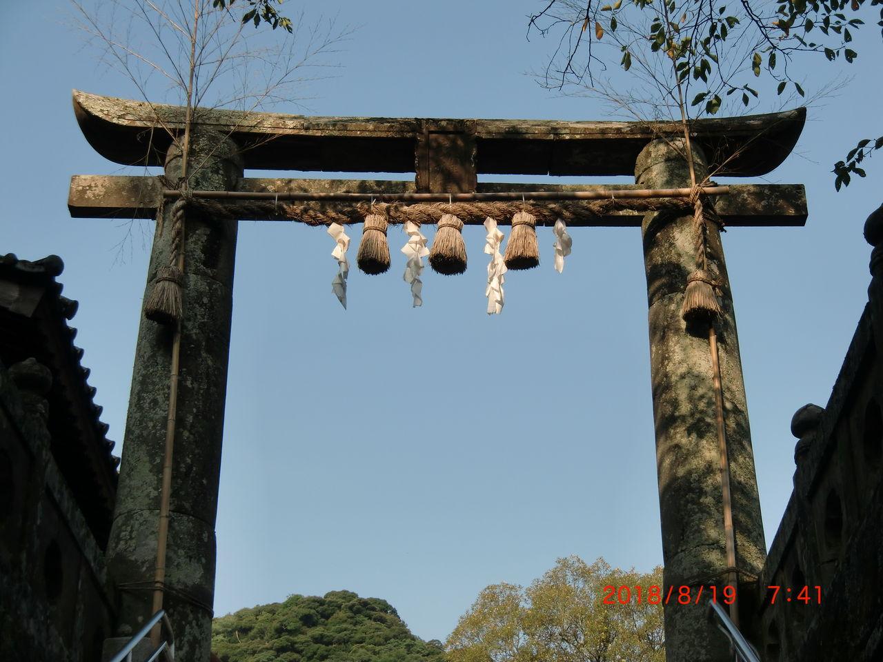 4d71e9da91 この鳥居は今でも佐賀市内を中心に残っているが、鍋島が代を重ねるうち、次第に普通の形をした鳥居にとってかわられる。その理由は今でもわかっていない。
