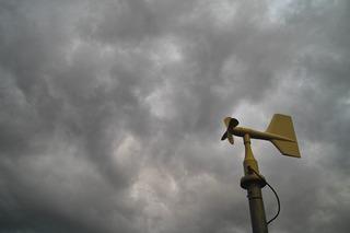 風力計と雨雲
