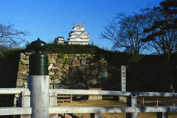 橋の上から姫路城を望む