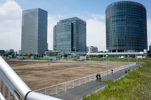 歩道橋から横浜駅方面を望む