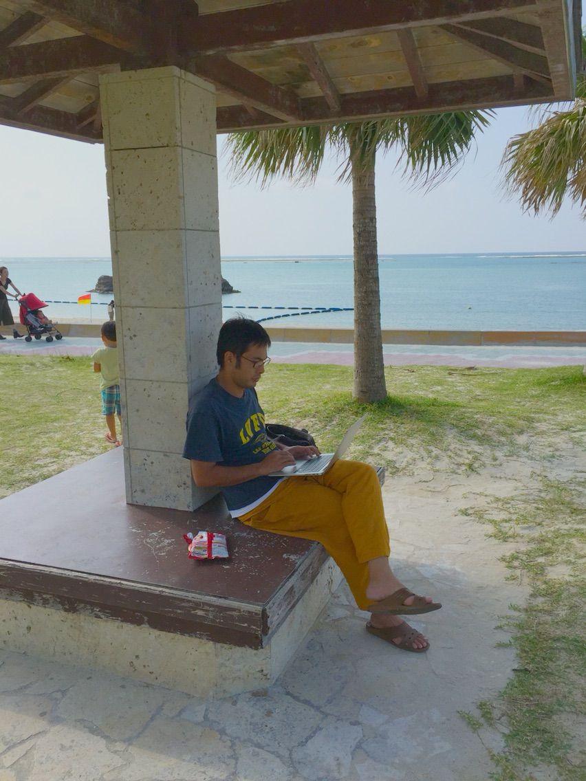 たまにこんな感じでビーチで仕事してます。