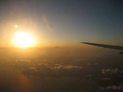 主翼と太陽と富士山