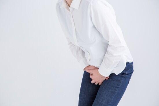 【悲報】フランス人、面接に来た女性200人の飲み物に利尿薬を混ぜ野外排尿させる