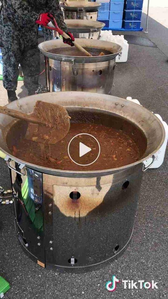 【画像】自衛隊がヤバすぎる道具でカレーを混ぜ炎上wwwww