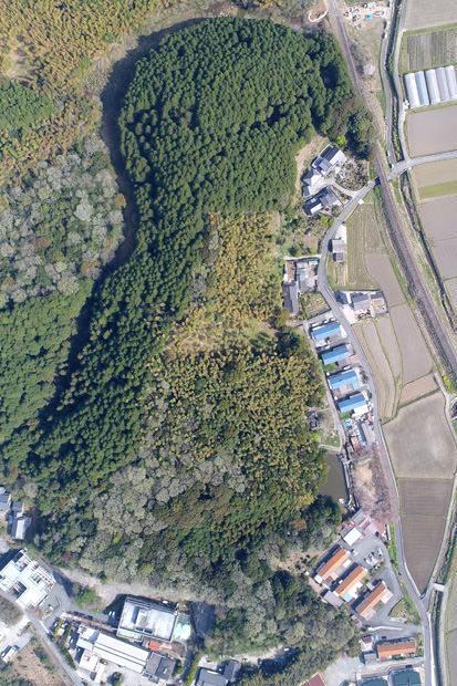 グーグルアースで見つけた全長450メートルの巨大地形が99%『あの人』の墓らしいwwwwwww