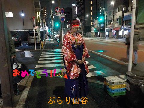 卒業式で袴を着た外国人女性