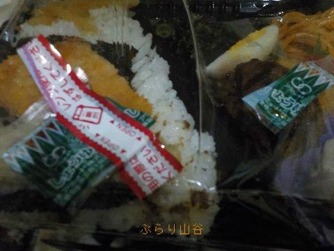 弁当についていた醤油の袋を小さく切ろうとしたところ